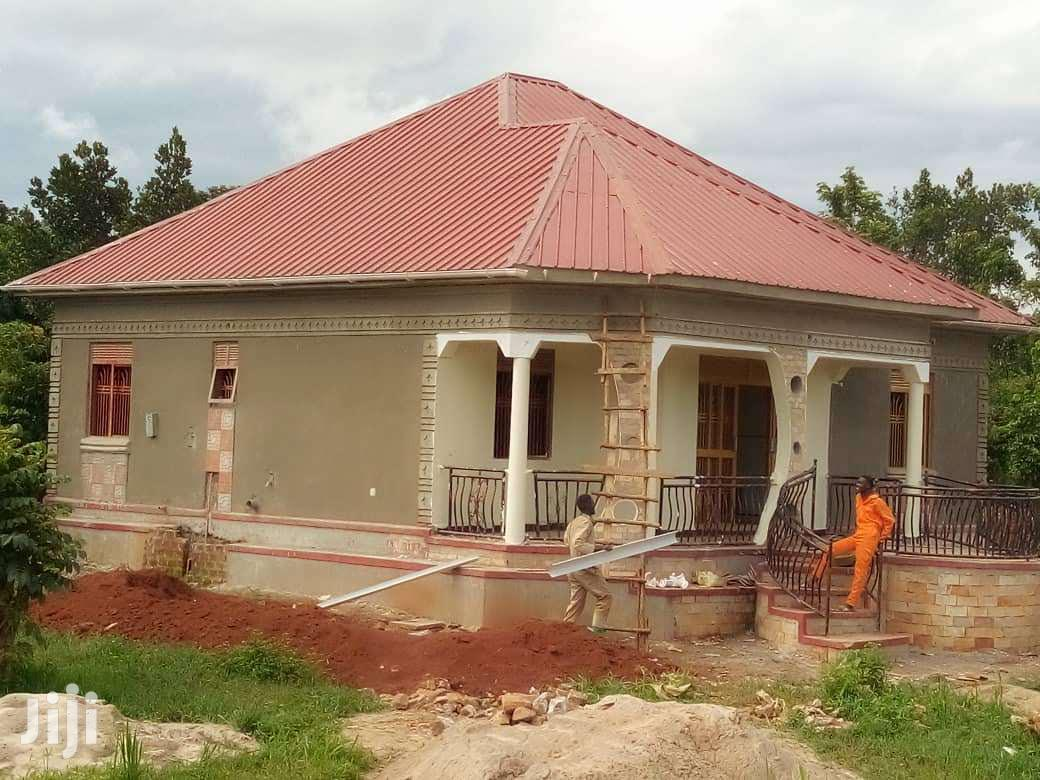 3 Bedrooms House In Bombo Town For Sale